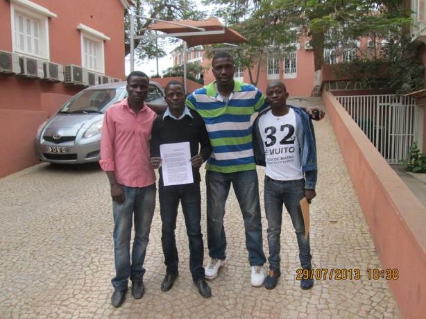 Jovens ativistas que procederam à entrega da missiva.
